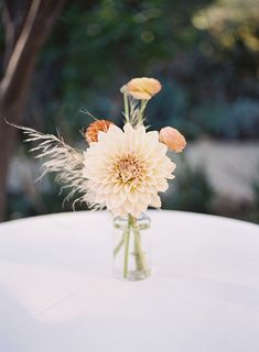 Peachy boho dahlia centerpiece: http://www.stylemepretty.com/2016/01/11/boho-chic-ojai-ca-wedding/   Photography: Tec Petaja - http://tecpetajaphoto.com/