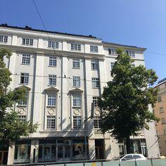 En tiedä olenko niitä harvoja, jotka fiilistelee omaa lapsuudenkotia. Näen siitä silloin tällöin unia. Olenpa unissani joskus ostanutkin sen ja yhdistänyt kahden eri kerroksen asunnot. Töölö, tarkemmin ottaen Taka-Töölö eli 00250 Helsinki on minulle merkityksellinen paikka.