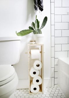 DIY toilet paper holders are a quick, fun and easy way to elevate your bathroom.These DIY toilet paper holders are a quick, fun and easy way to elevate your bathroom. Diy Toilet Paper Holder, Toilet Paper Stand, Toilet Paper Storage, Toilet Roll Holder, Couples Bathroom, Mini Bad, Diy Home Decor For Apartments, Diy Upcycling, Diy House Projects
