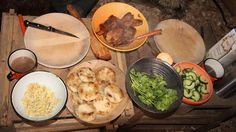 Stegt majs boller med glaseret flæsk og syltede agurker opskrift - I Nak og Æd bliver der lavet nemme og hurtige majsboller. Gode til aftensmad eller madpakke