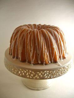 Georgia's Famous Lemon Sour Cream Pound Cake - All about the Pound Cake - Best Cake Recipes Lemon Desserts, Lemon Recipes, Just Desserts, Delicious Desserts, Dessert Recipes, Cupcakes, Cupcake Cakes, Pavlova, Lemon Sour Cream Cake