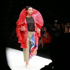 Menerima tantangan dari GRAZIA @Kleting memilih @BJORK sebagai Inspirasinya dalam GRAZIA GLITZ & GLAM dan menjadikan @ShareefaDaanish sebagai muse yang menggambarkan penyanyi asal Iceland tersebut. Sontak karya yang didominasi warna merah ini mencuri perhatian pencinta fashion Indonesia karena mampu mengubah Biodegradable @AvanieCo menjadi karya yang Fantastis! #3G2017 #GRAZIAGLITZANDGLAM #JakartaFashionWeek #JFW2018 via GRAZIA INDONESIA MAGAZINE OFFICIAL INSTAGRAM - Fashion Campaigns  Haute…