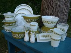 Reminds me of my grandma, these are her dishes Spring Blossom Corelle/Crazy Daisy Pyrex Vintage Kitchenware, Vintage Dishes, Vintage Glassware, Vintage Pyrex, Vintage Tins, Vintage Style, Corelle Dishes, Corelle Ware, Pyrex Bowls