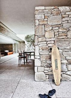 Design Traveller uploaded this image to 'architecture/Marcio Kogan'. See the album on Photobucket. Home Confort, Ideas Cabaña, Wall Ideas, Gift Ideas, Exterior Design, Interior And Exterior, Stone Feature Wall, Feature Walls, Dry Stone