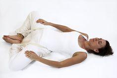 Position de yoga permettant de faire travailler le psoa, un muscle qui joue en grand rôle relativement à l'anxiété et la gestion des peurs.    supta baddha konasana papillon posture ouverture bassin yoga&vedas