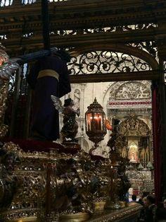El Gran  Poder  delante de la Virgen de los Reyes. Sevilla