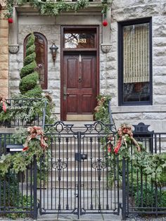 Cool 37 Gorgeous Christmas Tree and Wreaths in the Front Door http://toparchitecture.net/2017/11/26/37-gorgeous-christmas-tree-wreaths-front-door/