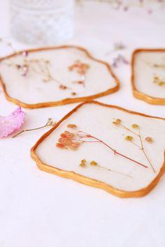 coasters resin DIY / DIY sous-verre en résine / DIY sous-verres bohèmes / DIY sous-verres romantique / DIY fleurs sechées Diy Resin Art, Uv Resin, Resin Crafts, Diy Crafts, Diy Resin Flowers, Diy Fleur, Tissue Paper Crafts, Diy Coasters, Flower Fashion