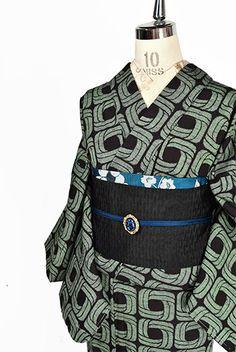 シックなブラックとグリーンのバイカラーで織りだされたリングを連ねたようなグラフィカルデザインがモダンなウールの単着物です。 Shibori, Diaper Bag, Indigo, Kimono, Japan, Clothes, Style, Fashion, Outfits
