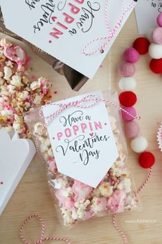 "free ""Have a Poppin' Valentines Day"" tag + recipe day ideas free printable ""Have a Poppin' Valentines Day"" tag popcorn mix recipe Kinder Valentines, Valentine Day Love, Valentine Day Crafts, Valentines Day Treats, Valentine Gifts Ideas, Homemade Valentines, Valentine Wreath, Popcorn Mix, Valentinstag Party"