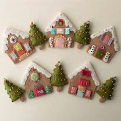 Navidad en fieltro(Christmas in Felt)...just wonderful details and especially them being all different...