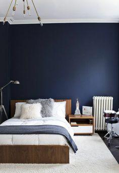decoration chambre adulte avec peinture chambre adulte en bleu foncé avec luminaire style industriel en métal avec des grandes ampoules