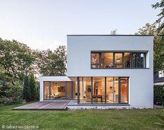 Bauhaus Architektur Einfamilienhaus puristische villa in hanglage zweigeschossig mit ausgebautem