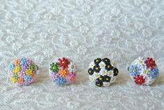 つぶつぶ花刺繍のリング(白黒)