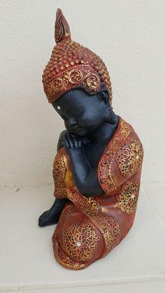 Buda em gesso com detalhes em dourado e vermelho e com aplicação de strass! Excelente opção de decoração Altura: 26cm