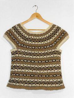 Fair Isle-vest. Tidløs vest, der kan bruges over andet tøj hele året. Da den er strikket på rundpind, undgår du mønsterstrikning på vrangpinde.