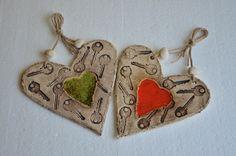 Od mého srdce klíč Keramické srce o rozměru: 17x17 cm ... s roztaveným červeným nebo zeleným sklem ...uvedená cena je za 1 kus