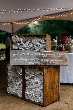 Blankets as favors for chilly outdoor weddings | Isos Photography