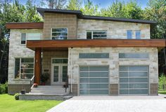 Porte de garage qui s'agence bien au décor de la maison tout en étant pratique  / garage door accentuating the outside look of the house !