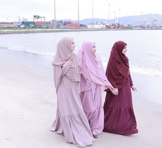 keda dol bnat nfshm w labsen w kowysen inshallah u will be like them and better inshallah. bs that purple one wla colour eh bzbt fe w 😅 mhm good inshallah u will reach those girls and be better than them 🌻 Moslem Fashion, Niqab Fashion, Modern Hijab Fashion, Islamic Fashion, Hijab Outfit, Hijab Turban Style, Hijabi Girl, Girl Hijab, Muslim Girls