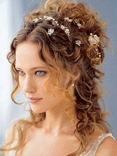 Thought this was cool! Look at that! Oh here's the link: http://www.besthairstyleshaircuts.com/category/easy-hairstyles Wedding Hairstyles With Veil, Curly Wedding Hair, Formal Hairstyles, Bride Hairstyles, Curly Hair Up, Hairstyles 2018, Try On Hairstyles, Quince Hairstyles, Hair Updo