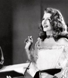Rita Hayworth behind the scenes of Gilda, c. you Rita! Hollywood Icons, Old Hollywood Glamour, Golden Age Of Hollywood, Vintage Glamour, Vintage Hollywood, Vintage Beauty, Classic Hollywood, Hollywood Divas, Vintage Style