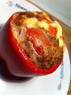 Die gefüllte Paprika mit einem Hackfleisch-Schafskäse-Tomaten-Mix ist die optimale Mahlzeit, wenn es mal wieder schnell gehen muss Good Food, Yummy Food, Yummy Recipes, German Kitchen, Meatloaf, Deli, Baked Potato, Slow Cooker, Buffet