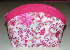 alas it is in french. maybe i can persuade my cousin to help me when i can't do it Diy Handbag, Diy Purse, Diy Sac Pochette, Clutch Pattern, Craft Bags, Makeup Pouch, Couture Bags, Couture Sewing, Handmade Handbags