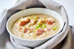 Die Brotsuppe mit Frankfurter ist ein ausgesprochenes billiges und sehr fettarmes Gericht. Diese Rezept stammt aus Wien.