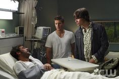 """In My Tiime of Dying"" Jeffrey Dean Morgan as John Winchester, Jensen Ackles as Dean Winchester and Jared Padalecki as Sam Winchester John Winchester, Winchester Brothers, Jeffrey Dean Morgan, Jared Padalecki, Jensen Ackles, Supernatural Season 2, Supernatural Jensen, Emmanuelle Vaugier, David Gray"