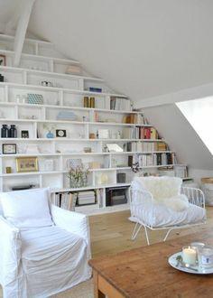 amenager petite chambre mansarde biblio en blanc