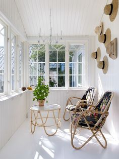 farmhouse sunroom in small size bamboo chairs with fabrics hairpin legs bamboo table with round top small planter with vivid plant hat wall arts House Extension Design, House Design, Small Sunroom, Sunroom Furniture, Sunroom Decorating, Rich Home, Cosy Corner, Beautiful Interior Design, Vivarium