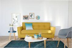 Un canapé convertible capitonné jaune pour égayer le salon.