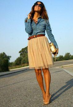 jupe en tulle beige, chemise en denim et ceinture marronne