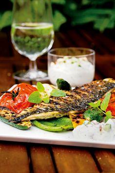 Grill: Makrel med skind, raita og grillede grønsager