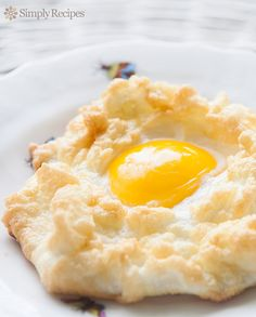 Egg Nests ~ Egg whites whipped to stiff peaks, grated Gruyere folded in, formed into nests, baked with yolk in center. Egg Recipes, Brunch Recipes, Breakfast Recipes, Cooking Recipes, Simply Recipes, Cuban Recipes, What's Cooking, Cooking Classes, Recipies