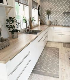 43 Cute And Small Kitchen Design Ideas - Are you stuck with a small kitchen but you have some big ideas? Do you have kitchen envy and you wish that you had the counterspace and floor space th. Kitchen Room Design, Kitchen Cabinet Design, Modern Kitchen Design, Home Decor Kitchen, Interior Design Kitchen, New Kitchen, Home Kitchens, Kitchen Cabinets, Kitchen Designs