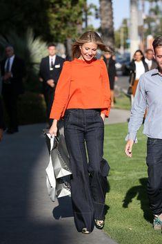 Gwyneth Paltrow escolheu uma calça jeans flare e camisa laranja. Gwyneth Paltrow, Mode Outfits, Fashion Outfits, Womens Fashion, Fashion Tips, Orange Top Outfit, New Jeans Trend, H&m Leggings, Looks Street Style