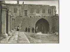 Puerta Obispo a finales del siglo XIX o primeros del XX. Fue demolida de forma polémica para que se visualizara mejor la Catedral de Leon. Imagen capturada de internet