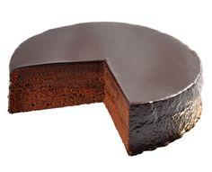 Sacher dort Světoznámý vídeňský vynález z čokoládového piškotu spojený lahodnou meruňkovou marmeládou s kabátem z luxusní čokoládové polevy.