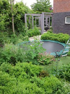 Location: Wilp design: Studio TOOP photo: Carrie Preston, May 2015 Small Garden Big Ideas, Small Garden Design, Backyard Trampoline, Trampoline Ideas, Child Friendly Garden, Jungle Gardens, Night Garden, Backyard Projects, Carrie