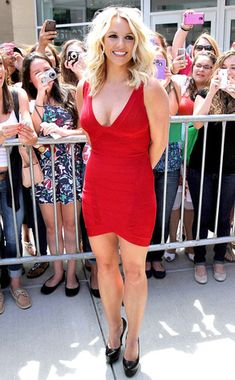 Britney Spears V Neck Red Herve Leger Bandage Dress Britney Spears, Only Fashion, Fashion Looks, Celebrity Photos, Celebrity Style, Britney Jean, Gorgeous Blonde, Skin Tight, Beautiful Legs