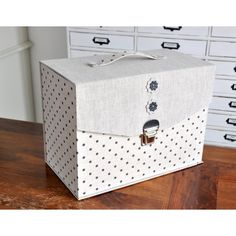 """Fiche cartonnage : """"Mallette Documents"""" Cardboard Recycling, Cardboard Box Crafts, Box Packaging Templates, Envelope Punch Board, Fabric Boxes, Diy Crafts Hacks, Document, Diy Box, Keepsake Boxes"""