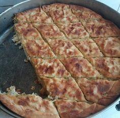 Υλικά     3 κιλά κρεμμύδια ξερά άσπρα περίπου   φύλλο κρούστας   ελαιόλαδο 'αλάτι-πιπέρι    Τα καθαρίζουμε,τα κόβουμε σε ροδέλες και τα βράζουμε μέχρι να μαλακώσουν ελάχιστα,όχι πάρα πολύ γιατί ψήνονται και μετά.  Σουρώνουμε και τα πολτοποιούμαι με ένα πιρούνι τα Bread Dough Recipe, Greek Recipes, Pizza, Cheese, Cooking, Food, Breads, Kitchen, Bread Rolls