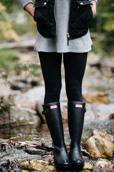 Hunter Boots Outfit, Black Hunter Boots, Hunter Rain Boots, Casual Summer Outfits, Fall Winter Outfits, Autumn Winter Fashion, Dressy Outfits, Legging Outfits, Vest Outfits