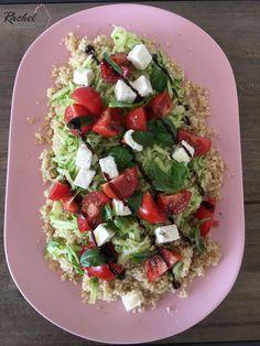 Salade quinoa, courgette crue, fêta 120 g de quinoa cru 8 tomates cerises 1 belle courgette (160 g environ 40 g de fêta feuilles de basilic et de menthe (facultatif) sel, poivre, crème de vinaigre balsamique 4 cuillères à café d'huile d'olive