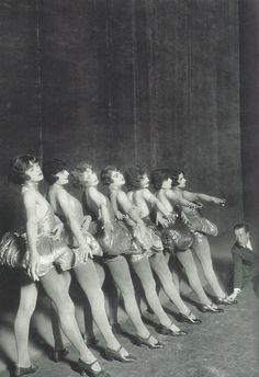 Erik Charell répétant avec des danseuses dans un théâtre de variétés, Berlin, 1925. Photo Zander & Labisch.
