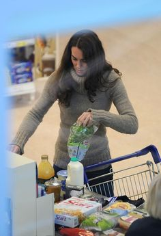 "Kate Middleton Buys Groceries - good for her that she still gets to do ""normal"" things"