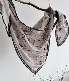 LuJo / Šatka - sivá vyšívaná s čiernou paličkovanou krajkou