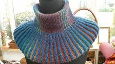 Halsedisse. Materialer: 2×50 g lækkert, blødtgarn, passende til en strikkefasthed på ca 23 m/10 cm strikket på pind 3 ½. En rundpind str 40 eller 60 cm. Vælg evt 2 forskellige farver eller 2 forskellige typer garn. Fx glat spundet garn i den glatte plissé, 'loddent' garn i den retstrikkede plissé. Du kan også vælge at strikke med en tråd silkmohair som følgetråd i den ene plissé. Eller en anden følgetråd – brug din fantasi… Jeg har brugt en håndmalet garn og en 'lodden' ren mohair. Je...